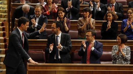 Pedro S�nchez recibe el aplauso de los diputados socialistas, en el Congreso.