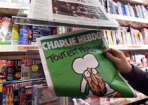 Un home mira el seu exemplar de Charlie Hebdo, davant dun quiosc de Montpeller.
