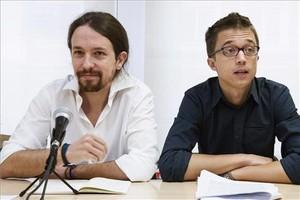 El secretario general de Podemos, Pablo Iglesias, y el secretario político de Podemos, Íñigo Errejón (derecha), ante el consejo ciudadano, este sábado, en Madrid.