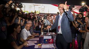 Josep Maria Bartomeu es disposa a dipositar el seu vot en una de les urnes col·locades al Camp Nou per elegir el nou president del Barça.