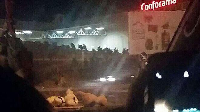 Un coche causa una estampida al empotrarse en un cristal - Centro comercial sant boi ...