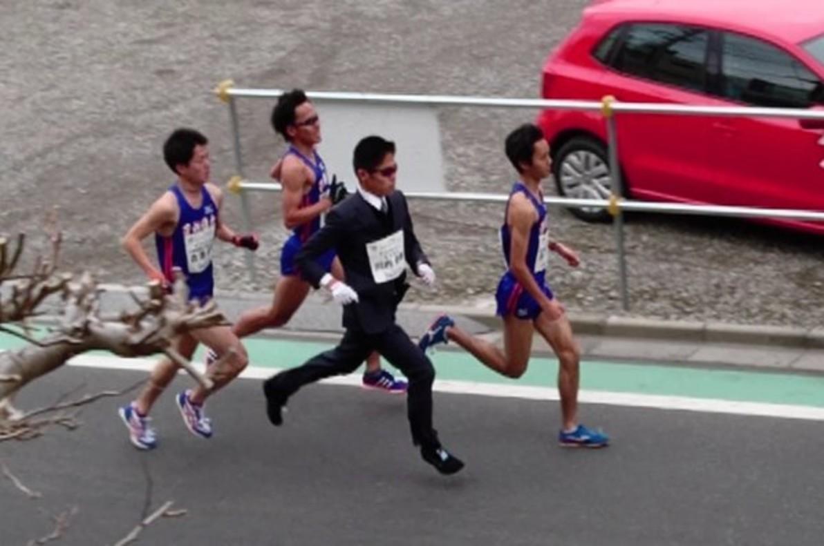 Un japonés bate el récord del mundo del medio maratón con traje