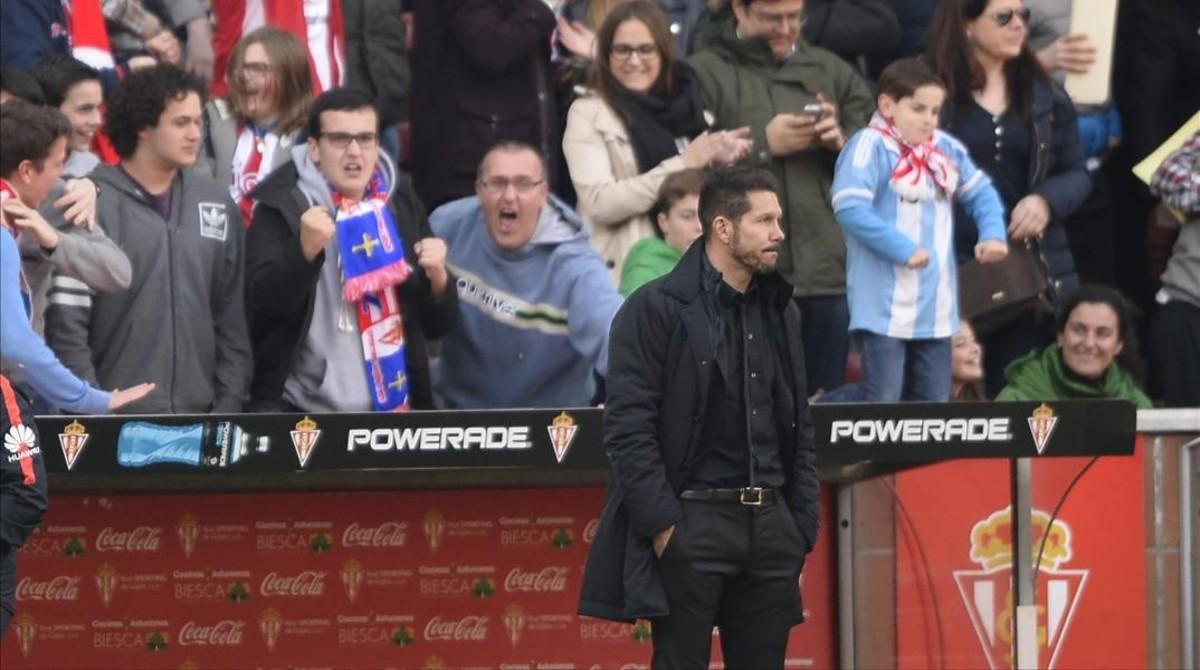 Simeone, con gesto serio, tras el 2-1 entre la alegría del público de El Molinón.