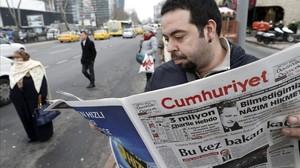 Un hombre lee un ejemplar del Cumhuriyet, el único diario turco que publicó un suplemento sobre Charlie Hebdo, en Estambul, el 14 de enero del 2015.