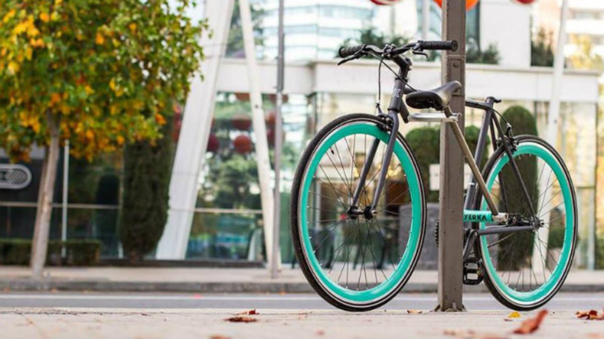Imagen promocional de una bicicleta Yerka, aparcada en una farola.