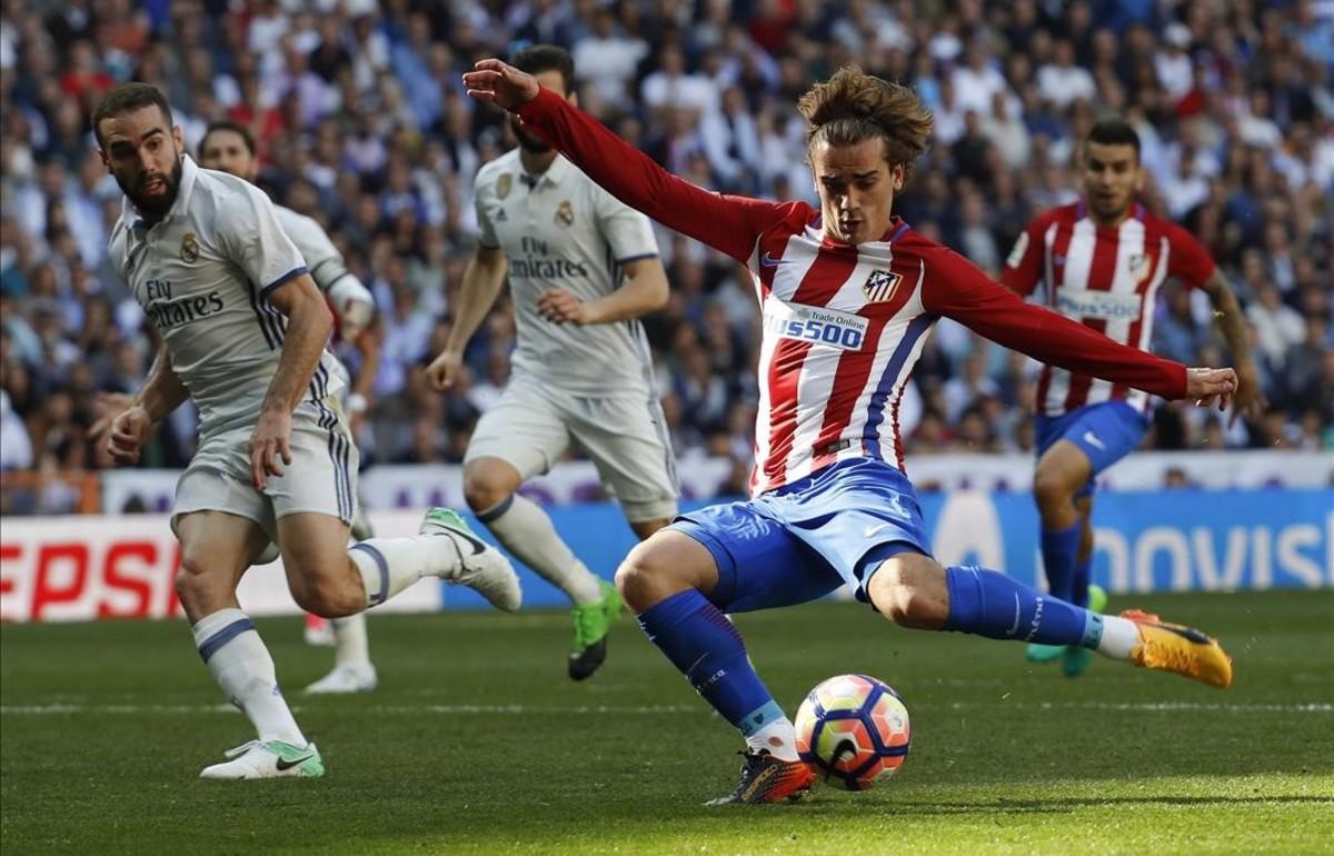 Griezmann dispara a portería en el último partido entre el Madrid y el Atlético, en el Bernabéu