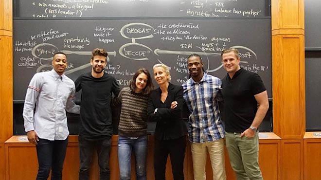 Piqué y Katie Holmes compañeros de clase en Harvard.