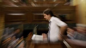 Pablo Iglesias interviene en la tribuna del hemiciclo durante el debate de la moción de censura.