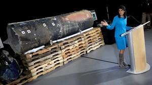 La embajadora de EEUU en la ONU, Nikki Haley, con los restos del supuesto misil iraní.