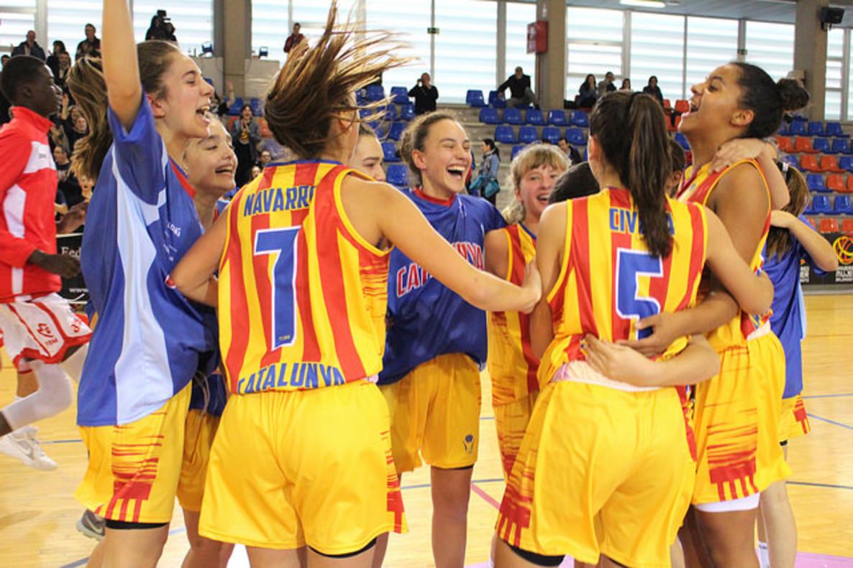Lucía Navarro celebrando el título con sus compañeras de selección