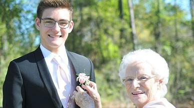Un noi porta la seva àvia de 93 anys al seu ball de graduació