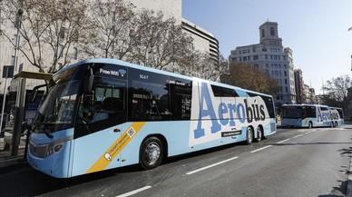 Un Aerob�s transita por las calles del centro de Barcelona.