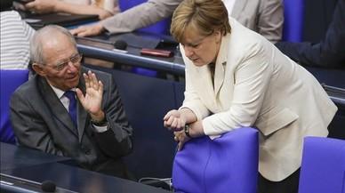 Angela Merkel dialoga con el ministro de finanzas Angela Merkel