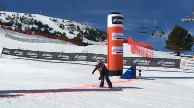 Astrid Fina cruza la meta en segunda posición en la Copa del Mundo de snowboard paralímpico disputada en La Molina