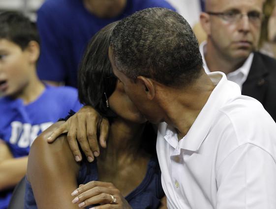 El beso de Obama a su esposa centra la atenci�n del amistoso EEUU-Brasil