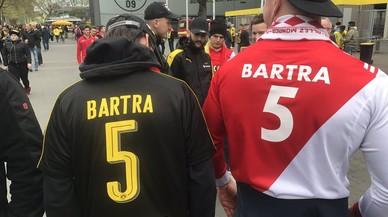 Seguidors del Mònaco serigrafien el nom de Bartra a les seves samarretes