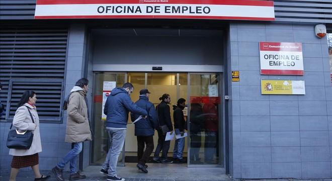La oposición califica de 'escandalosa' la gestión de las prestaciones por desempleo