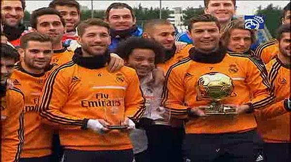 Ronaldo va a l'entrenament amb la Pilota d'Or