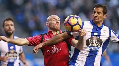 El delantero del Alavés Toquero pelea un balon con el centrocampista costarricense del Deportivo Celso Borges.