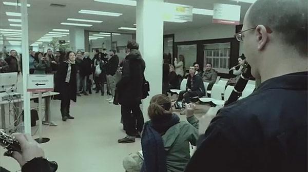 Flashmob en una oficina de empleo de Madrid