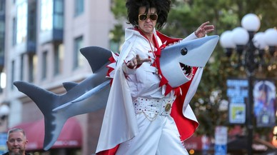Un imitador de Elvis atravesado por un escualo de 'Sharknado'