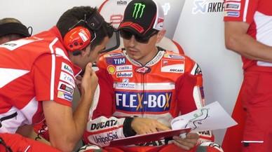 Jorge Lorenzo (Ducati) dialoga con uno de sus técnicos hoy en su box de Assen (Holanda).