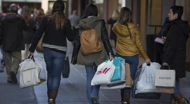 J�venes despu�s de realizar diversas compras en Barcelona.