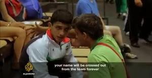 V�deo en que Al Jazeera capta el momento en que un entrenador iran� obliga a un joven luchador de lucha libre a simular una lesi�n para no tener que competir con Israel.