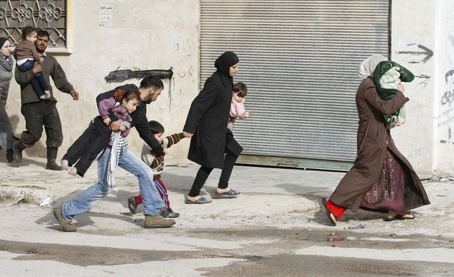 Los civiles huyen de los ataques después de la entrada de los tanques sirios en la ciudad noroccidental de Idlib, en Siria.