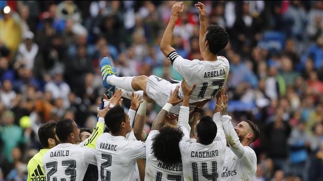 Los jugadores del Madrid mantean a Arbeloa tras el partido del Valencia.