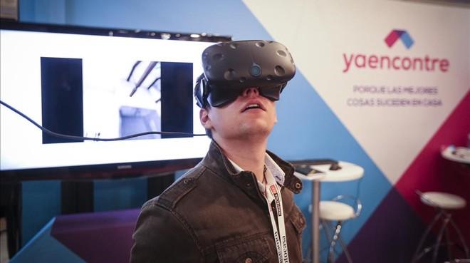 Un asistente al salón prueba unas gafas de realidad virtual.