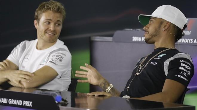 Nico Rosberg y Lewis Hamilton, hoy en Abu Dabi.