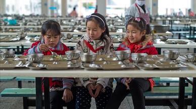 Niños en el comedor deuna escuela primaria en Wuhan, China.