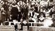 Tensión y polémica. Stoichkov, junto a Urizar Azpitarte. El búlgaro pisó al colegiado en el partido de ida de la final de la Supercopa, el 5 de diciembre de 1990.