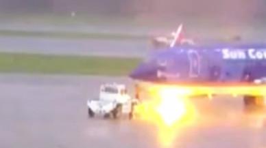 Un rayo cae sobre un avión ya aterrizado y hiere a un operario