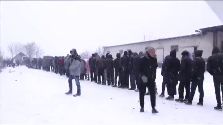 Refugiats, la majoria sirians, a Sèrbia, sotmesos a duríssimes condicions meteorològiques.