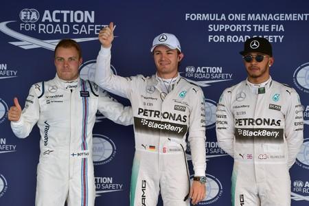 Rosberg, flanqueado por Bottas y Hamilton, tras la calificaci�n del Gran Premio de Rusia.