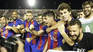Los jugadores del Barça B celebran el ascenso junto a los aficionados en el Mini.