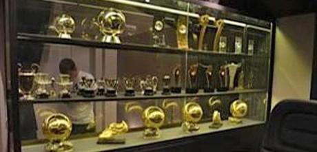 Messi publica fotos de su vitrina de trofeos en la red social china Weibo