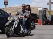 'BLOOD FATHER'. Mel Gibson cabalga en una Harley llevando de paquete a la actriz Erin Moriarty, su hija en la ficci�n.
