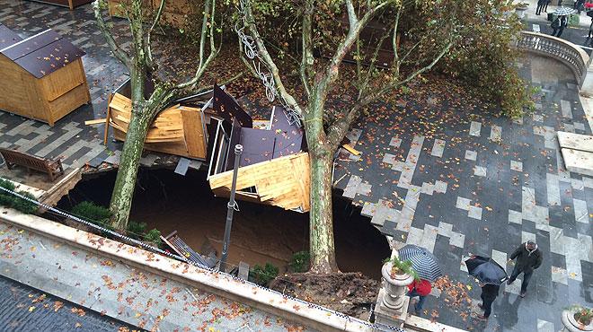 La llevantada inunda Figueres i provoca un esvoranc a la Rambla