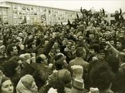 Multitudinaria concentración, puños en alto, en el cementerio de Carabanchel, en el entierro de los asesinados en Atocha.