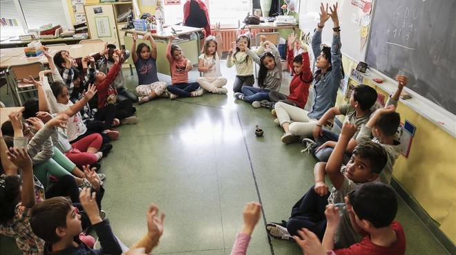 Clase de segundo de primaria del InstitutEscola Turó de Roquetes practicando 'mindfulness'.