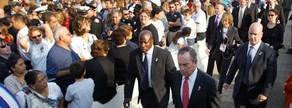 11 de setembre del 2002. L'alcalde de Nova York, Michael Bloomberg, arriba a la Zona Zero per a la commemoració del primer aniversari dels atacs terroristes que van destruir les Torres Bessones i van matarmés de 2.900 persones.