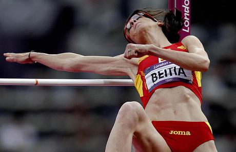 L'atleta espanyola Ruth Beitia, en un dels seus intents a la final olímpica de salt d'altura