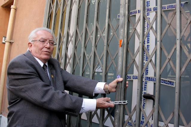 El presidente de la hermandad rociera La Esperanza de Badalona, Manuel Vázquez, en la puerta del local de la entidad, precintado por la Guardia Urbana. JORDI PUJOLAR / ACN