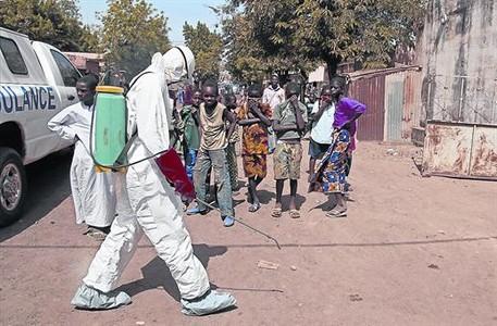 Un trabajador sanitario desinfecta la zona donde hab�a ca�do un hombre sospechoso de estar afectado por el virus, el pasado d�a 14, en Bamako.