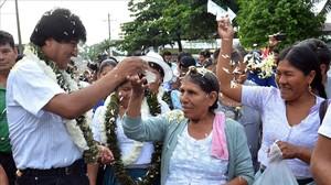 El presidente boliviano, Evo Morales, saludando a los votantes del referéndum.