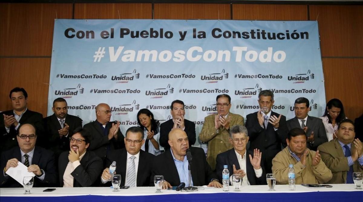 Jesús Torrealba (centro), secretario de la MUD, durante una conferencia de prensa, en Caracas, este martes.
