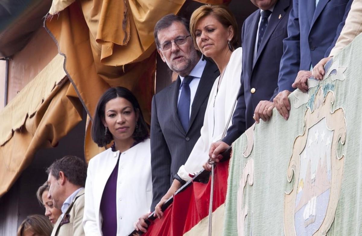 El presidente del Gobierno en funciones Mariano Rajoy junto a la secretaria general del PP Maria Dolores de Cospedal durante la tradicional procesion del Corpus Christi en la plaza de Zocodover de Toledo